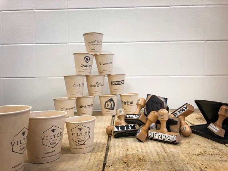 Bestempelde koffiebekers